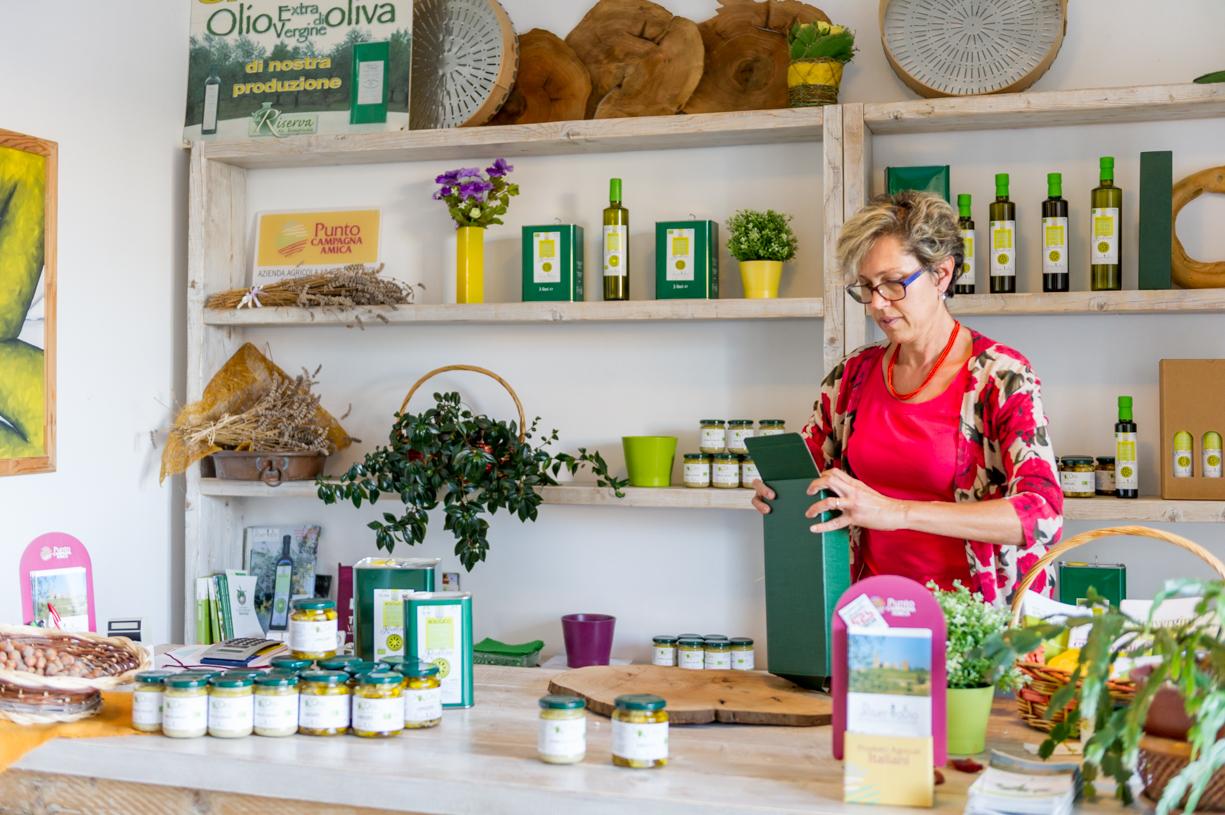 Anna Maria De Rossi al negozio laRiservaBio preparando una spedizione di olio di olivane