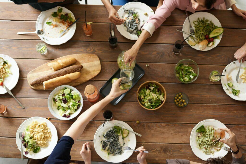 convivialità a pranzo con olio evo